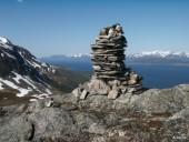 Cairn et fjord